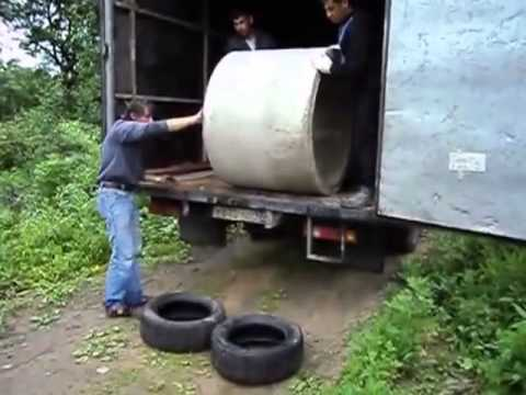 Cách đỡ 1 vật lớn dễ vỡ bằng tay không xuống xe tải @@