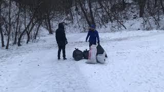 Увидили кучу мусора в парке, и убрали его
