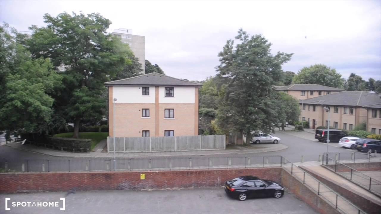 Rooms for rent in 5-bedroom, 2-storey flat in Roehampton, near the University