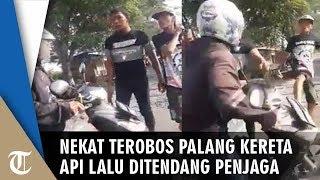 Viral Video Pemotor Nekat Terobos Palang Kereta Api lalu Ditendang Penjaga