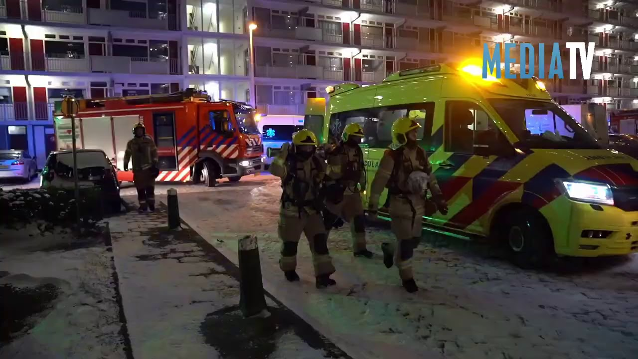 12 woningen ontruimd bij zeer grote brand in flat Spuikreek Rotterdam