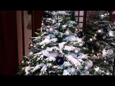 Albero di Natale con neve di polistirolo