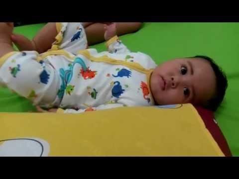 Video Perkembangan bayi usia 5 bulan : menggerakan rongga mulutnya seperti mengunyah