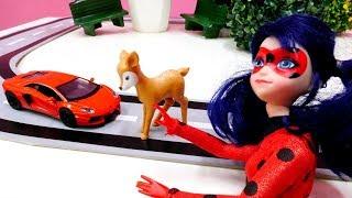 Ladybug muñeca ayuda la ciudad. Vídeos para niñas.