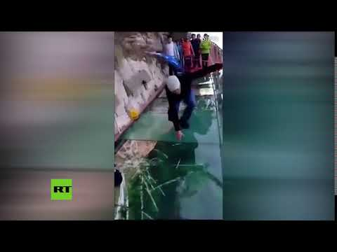 Una pasarela de cristal a 1.200 metros de altura 'se rompe' bajo los pies de un hombre HD Mp4 3GP Video and MP3