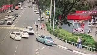 Шокирующее ДТП в Сочи: иномарка протаранила толпу пешеходов