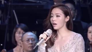 Смотреть онлайн Азиатка, которая красиво и тонко спела