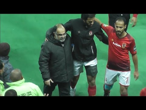 وليد سليمان يساند مروان محسن أثناء خروجه مصاباً عقب مباراة الأهلي و«فيتا»
