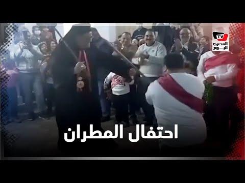 مطران كاثوليكي بالمنيا يرقص بالعصا مع صبي من ذوي الاحتياجات الخاصة