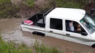 Circuito 4x4 Los Amigos 22/11/15 (03) Toyota Hilux inundada