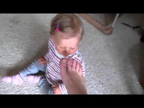 Beim Kind des Zapfens auf den Daumen der Beine