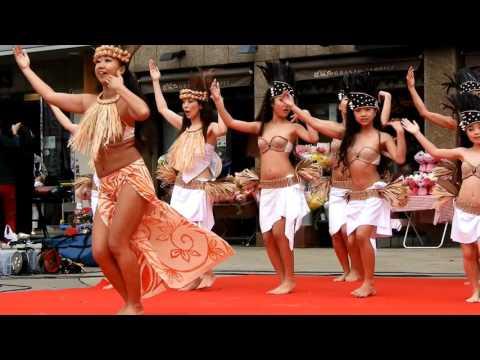 今にも外れそうな衣装で、少女がタヒチダンスを踊り続けた結果!