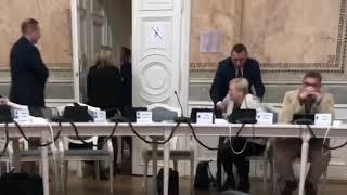 Radny Janusz Zapotocki siłą wyciąga radnych z sali obrad!