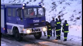 preview picture of video 'THW schleppt im Winter gestrandeten LKW frei in Chemnitz (Sachsen) 28.12.2001.- No Comment'