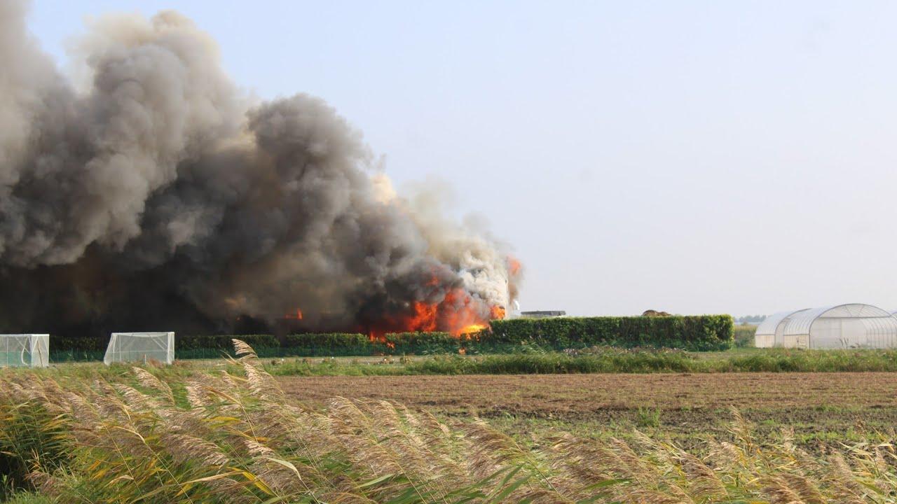 Grip 1! Zeer grote brand verwoest groot deel van bedrijf in Sint-Annaland