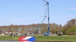 Arm hijskraan met grootste vlag Nederland in Emmeloord gebroken