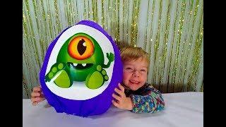 Монстрики Ищем сюрпризы Открываем гигантский Киндер Monsters Giant Kinder Surprise Funny kids video