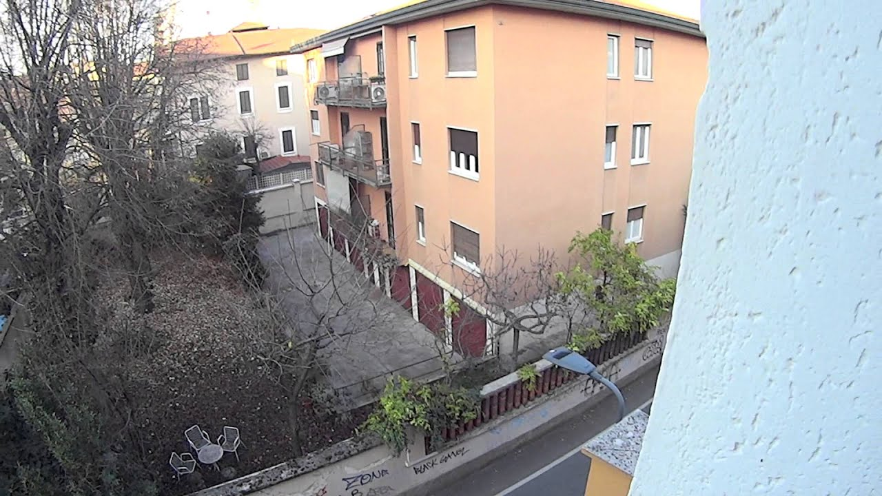 Three cosy rooms in a large 3 bedroom apartment with parking space in Affori