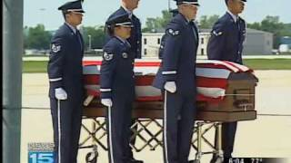 preview picture of video 'Fallen airman's remains arrive in Fort Wayne'