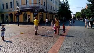 Шоу мыльных пузырей на улицах Мукачево