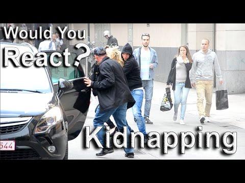 Simulan un secuestro en plena calle y así reacciona los transeúntes