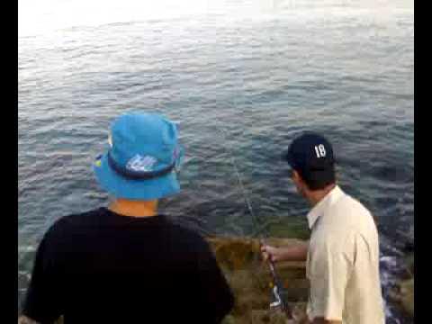 Giochi io pescando sul piccolo fiume
