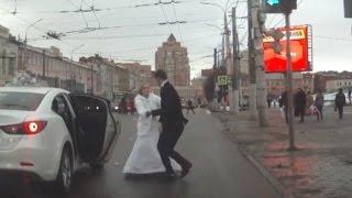 В Туле невеста избила жениха букетом и сбежала со свадьбы