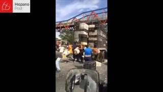 Venezolanos saquean camión de pollos ante indiferencia de las autoridades