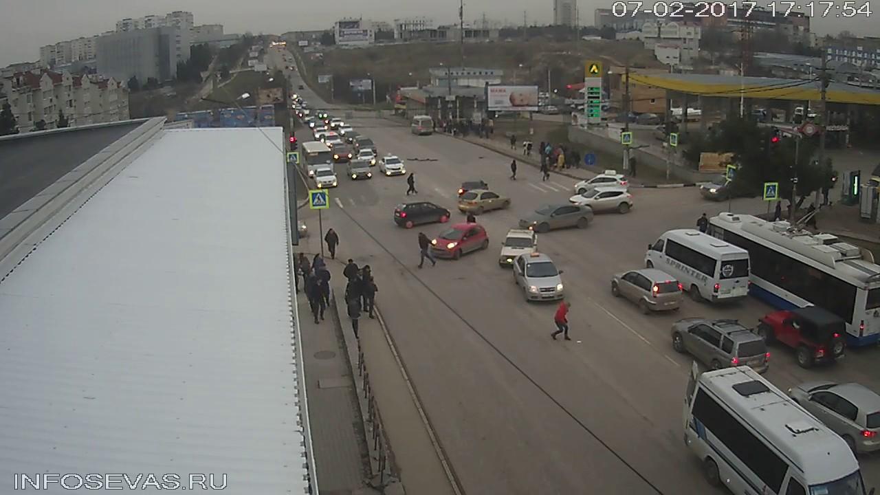 Девушка выпала из маршрутки в Севастополе
