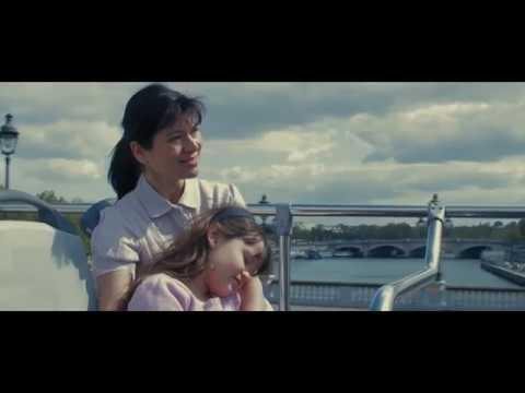 rôle mère et sa petite fille sur un bus parisien