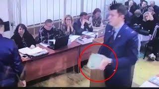 В суде показали коробку со взяткой $2 млн. по делу Улюкаева