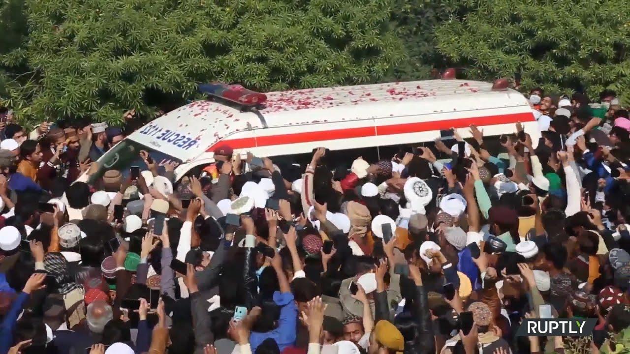 Πακιστάν: Χιλιάδες πιστοί παρευρίσκονται στην κηδεία θρησκευτικού ηγέτη