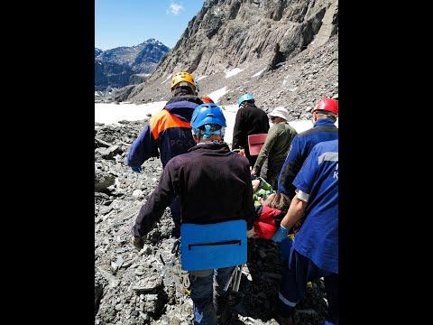 В Республике Алтай спасатели эвакуировали туристку, травмированную в горах. Видео