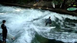 preview picture of video 'Eisbach-Surfer im Englischen Garten'