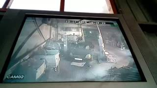 Автоледи выезжает из авто сервиса