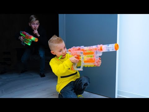 НОЧНЫЕ игры с NERF...ОДНИ дома. NIGHT games with NERF ... ALONE at home. видео