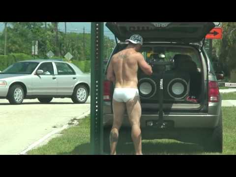 Sexy mannen kaarten Shirtless hunk in speedo attempts to change flat..