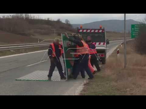 Σκόπια: «Ξηλώνουν» τις πινακίδες με το όνομα του Μεγαλέξανδρου από τον αυτοκινητόδρομο (βίντεο)