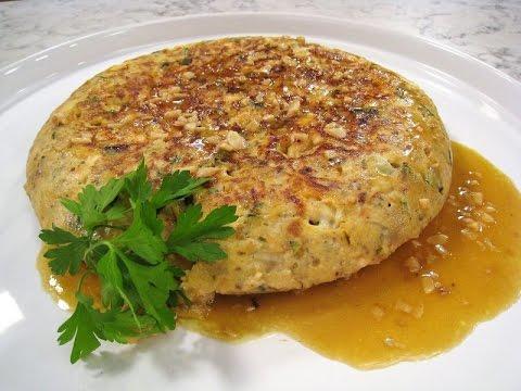 Tortilla de calabacín, pollo y queso, en salsa