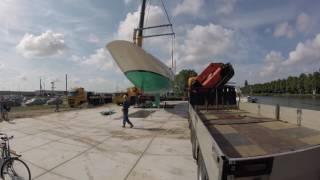 Het hijsen van het casco op de bouwplaats