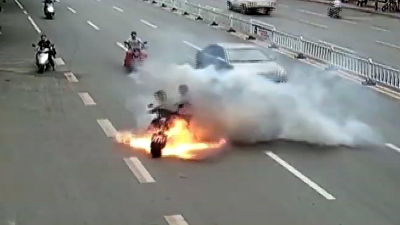 В Китае электроскутер вспыхнул во время движения и сгорел