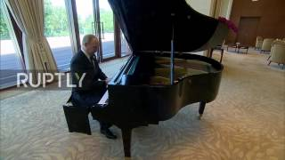 China: Putin plays the piano at Xi Jinping