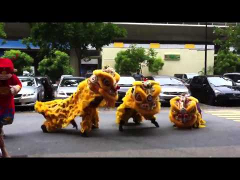 Chết cười với Gangnam Style phiên bản múa lân