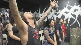 Iglesia dicta la palabra de Dios a ritmo de Heavy Metal