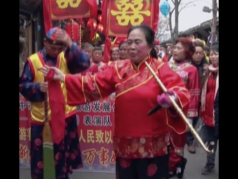 Traditional Wedding Ceremony Attracts Tourists in Southwest China Town (видео)
