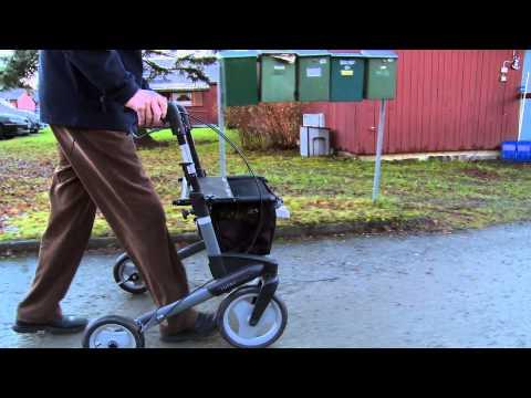 Trygghetsalarmen kan brukes utenfor boligen, og når brukere føler seg trygge utenfor hjemmet, tør de også være mer fysiske og sosialt aktive.  Film: Bærum kommune.