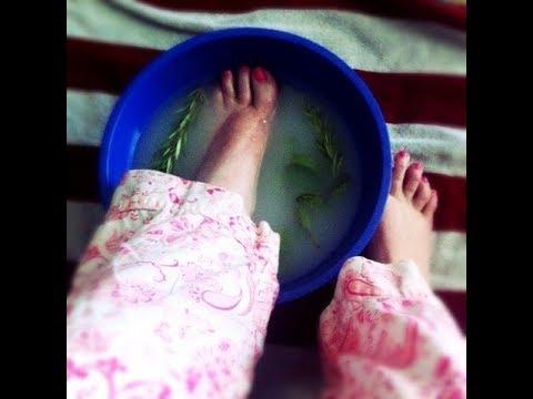 Bolyat les veines sur les pieds pendant les mensuels