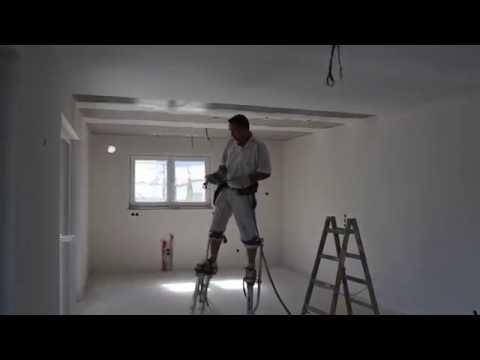 Malermeister aus Ravensburg Ergardt. Tapezierarbeit auf professionellen Stelzen