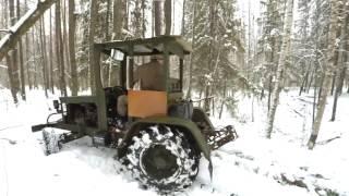 Самодельный трактор вытаскивает дерево