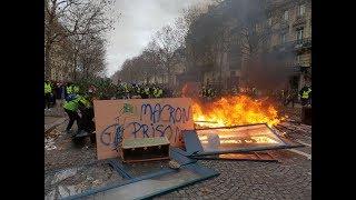 """Несмотря на задержания """"жёлтых жилетов"""" 8 декабря Париж снова оказался в огне."""